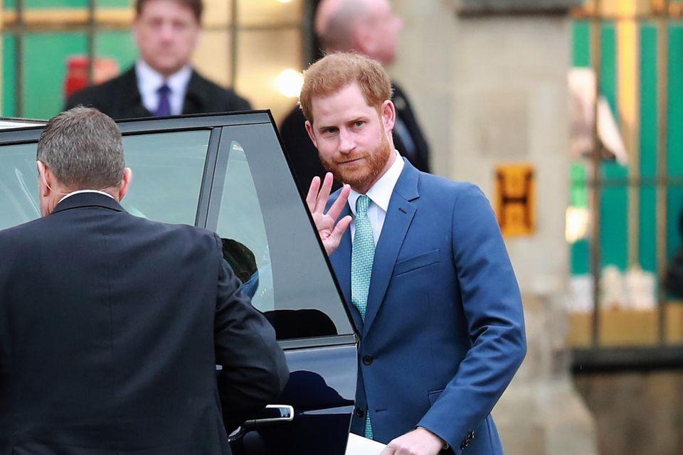 9. März 2020, Lonodon  Das letzte Mal Winkennach einem offiziellen Termin mit der Familie: Harry verabschiedet sich nach dem Commonwealth-Day-Gottesdienst in der Westminster Abbey von Fotografen und Fans. Bis zum amtlichen Vollzug des Megxit sind es noch 23 Tage. Ei Lächeln will ihm nicht gelingen.