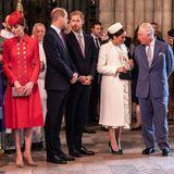 Rückblick: 11. März 2019  Beim Gottesdienst im letzten Jahr konnte man - trotz manch böser Schlagzeile -dieses royale Zusammentreffen im Eingangsbereich der Westminster Abbey beobachten. Alle warten auf Ihre Majestät, die Queen!Während Kate mit einem Geistlichen plaudertwechseln William und Harry ein paar Worte. Die schwangere Meghan ist mit Prinz Charles im Gespräch.