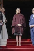 Lange nicht gesehen: Bei einer Ordensmesse in Monaco zeigt sich Fürstin Charlène in knielangem Kleid - von dem man dank übergroßem weinroten Cape aber kaum etwas sieht.