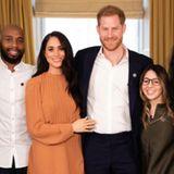 """Herzogin Meghan und Prinz Harry veröffentlichen neue Bilder von einem Gespräch im Rahmen ihrer Zusammenarbeit mit dem """"Queen's Commonwealth Trust"""". Meghan zeigt sich in einem hellbraunen Kleid von Preen by Thornton Bregazzi."""