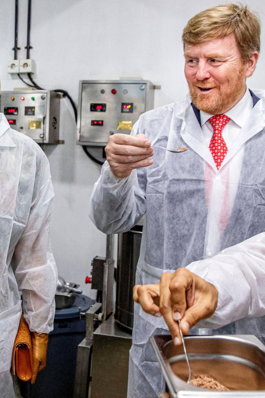 Davon kann man nicht genug bekommen. Im Rahmen des Staatsbesuchs besichtigt das niederländische Königspaar die Pipiltin Cocoa Schokoladenfabrik und nascht das fertige Produkt. Für Leckermäulchen Willem-Alexander dürfte es auch gern ein größerer Löffel zum Probieren sein.