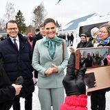 Beim Besuch einer Vorschule hatPrinzessin Victoria den schwedischen Winter wohl doch etwas unterschätzt: Sie trägt nur einen frühlingshaften Anzug von Rodebjer und eine gemusterte Bluse von Customade …