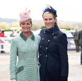 ... bestaunen wir Zara und ihrerFreundin Dolly Maude, die hier bei der Eröffnung des Pferderennens für die Fotografen posieren.Egal ob in Navyblauoder Mintgrün: Die beiden Freundinnen beweisen, dass man mit einem Navymantel beim Pferderennen gut gekleidet ist.