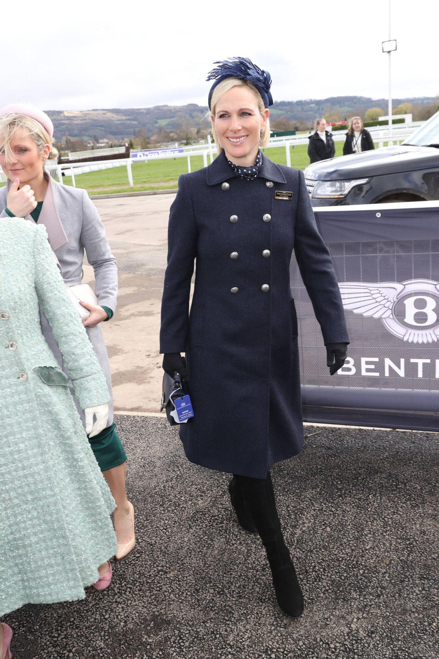 ... sehen wir die 38-Jährige Springreiterin mit einem auffälligenHaaraccessoire: der royalblaue Fascinator ist farblich abgestimmt zum restlichen Look der hübschen Blondine. Dieser ist bereitsein Liebling in der Royal-Familie: An Weihnachten zeigte sich Prinzessin Eugenie in dem hübschen Accessoire. Ein weiterer Trend beim Pferderennen ...
