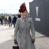 In einem edlen Hahnentritt-Mantel und farblich abgestimmten Accessoires zeigt sichZara Tindall am zweiten Tag desCheltenham Festivals in Südwesten Englands. Wie es sich für ein Pferderennen gehört, trägtdie Tochter von Prinzessin Anne einen edlenburgunderfarbenen Fascinator. Bereits am Tag zuvor ...