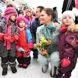 10. März 2020  Prinzessin Victoria und Prinz Daniel reisen weiter durch Nordschweden. In Pello werden sie von einer Gruppe Vorschüler begrüßt, die begeistert mit ihren Fähnchen wedelten. Berührungsängste haben die beiden auf jeden Fall nicht. Für ein Foto werden sie von den Kleinen eng umringt. Prinz Daniel legt seiner Frau liebevoll die Hand auf die Schulter.