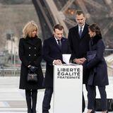 Später, am windigen Eiffelturm, sind die Looks ein bisschen wetterfester: Brigitte Macron zeigt sich in einem wärmeren Wollmantel im Military-Stil, Letizia in einem navy-farbenenMantel von Hugo Boss.