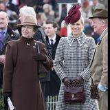 11. März 2020  Tag 2 des Cheltenham Festivals führt bei den Windsors zur Familienzusammenführung. Pferdenärrinen Prinzessin Anne und ihre Tochter Zara Tindall verfolgen entspannt das Geschehen. An ihrer Seite steht Andrew Parker Bowles, der Ex-Mann von Herzogin Camilla.