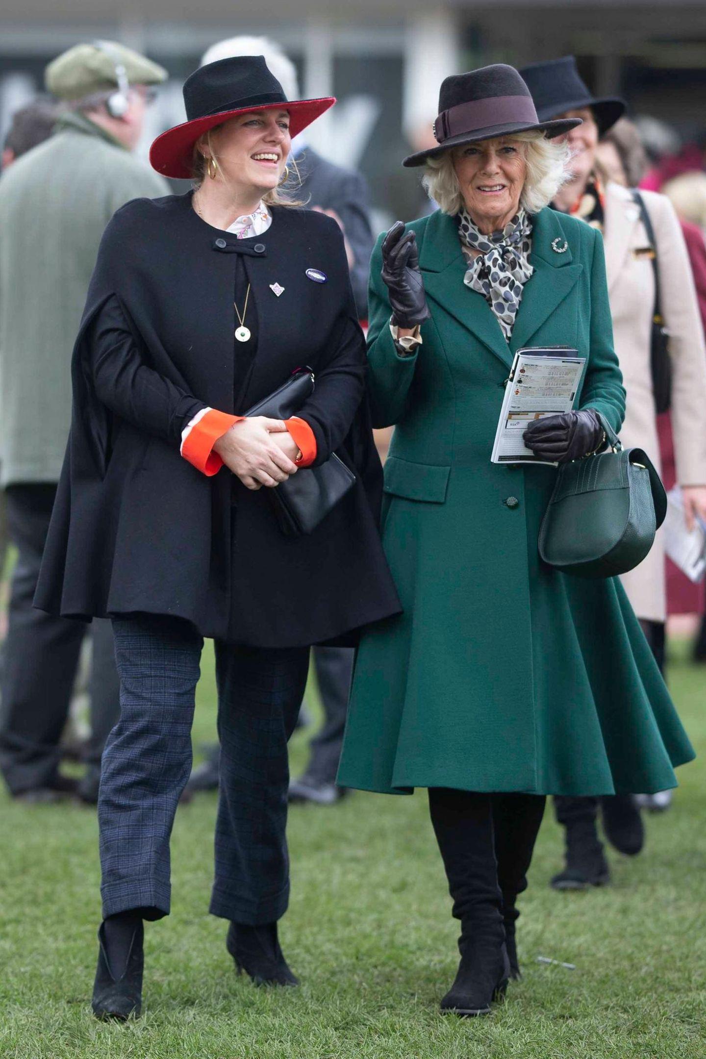 Derweil schlendert Herzogin Camilla gut gelaunt mit ihrer Tochter Laura Rose Lopes über das Gelände. Sie stammt aus der Ehe der Herzogin mit Andrew Parker Bowles, einem pensionierten Offizier der britischen Armee. Die Stieftochter von Prinz Charles ist als Kunstkuratorin tätig.
