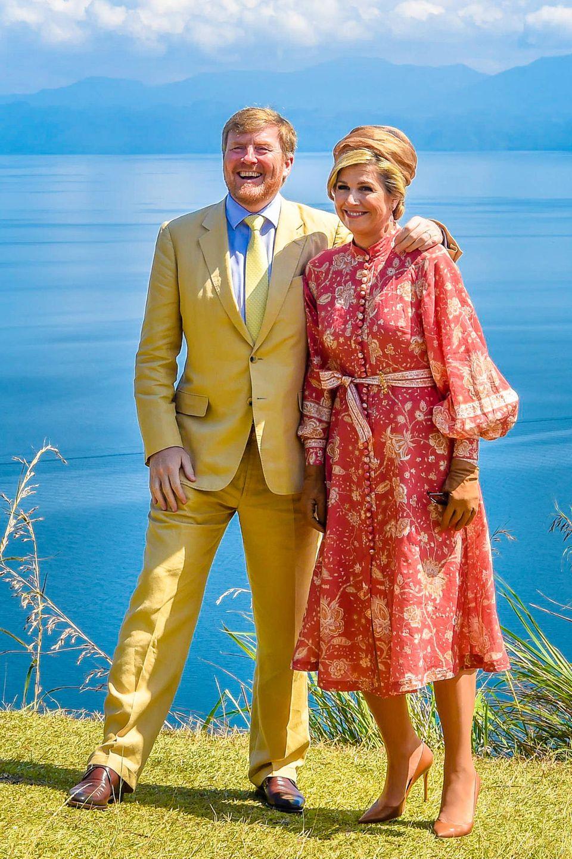 In leuchtenden Farben gekleidet stehen die niederländischen Royals vor dem Tobasee in Sumatra. Erist der größte Vulkankratersee der Welt.