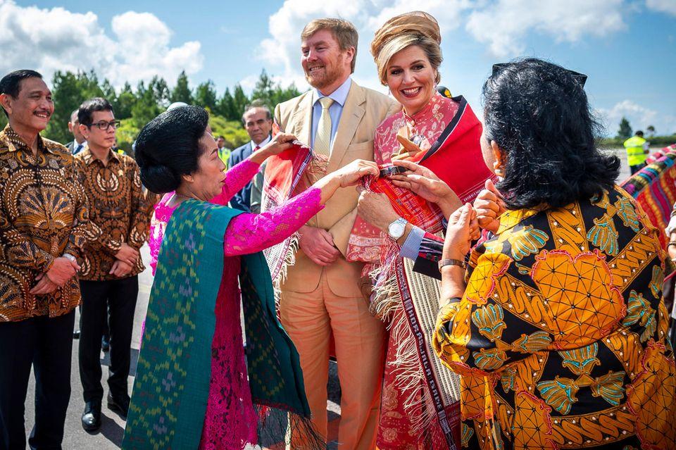 12. März 2020  Am letzten Tag ihres Staatsbesuchs in Indonesien besuchen König Willem-Alexander und Königin Máxima die Insel Sumatra. Bei der Ankunft am Flughafen Silangit werden sie herzlich begrüßt.