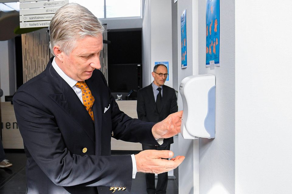 11. März 2020  König Philippe informiert sich inUkkel über die Auswirkungen des Coranavirus. Dafür nimmt er an einer Informationssitzung des belgischen Gesundheitsinstituts Sciensano teil. Selbstverständlich werden dabei auch royale Hände desinfiziert.