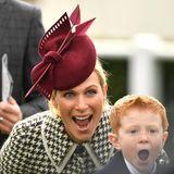 Sie schreien ihre Freude heraus: Prinzessin Anne, ihre Tochter Zara Tindall und Archie McCoy scheinen beim Ladies Day im Rahmen des Cheltenham Pferderennen-Festivals auf das richtige Pferd gesetzt zu haben. Der kleine sympathische Rotschopf ist der Sohn des legendären Jockeys AP McCoy, der den Rekord von 4.358 gewonnenen Rennen hält. Die Leidenschaft hat Archie auf jeden Fall von seinem Daddy geerbt.