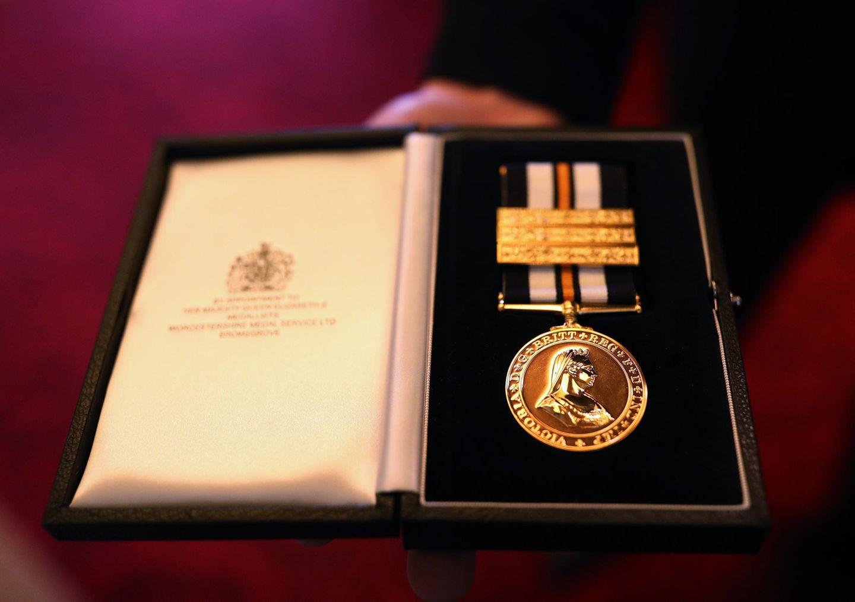 Die Königin erhält die ersteService Medal in Golddes Johanniterordens, dessen Oberhaupt sie ist. Herzlichen Glückwunsch, Ihre Majestät!