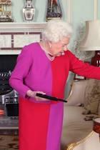 12. März 2020  Queen Elizabeth erhält im Buckingham Palast eine besondere Auszeichnung und schaut sich diese einmal ganz genau an.