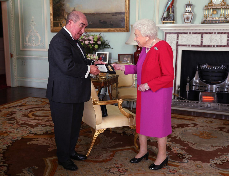 12. März 2020  Queen Elizabeth erhält im Buckingham Palast aus den Händen von Professor Mark Compton eine besondere Auszeichnung - und diese zaubert ihr ein Lächeln auf das Gesicht.
