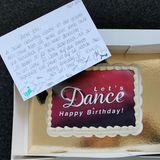 """John Kelly feiert seinen 53. Geburtstag und bekommt vom ganzen """"Let's Dance""""-Team einen Kuchen mit lieben und aufmunternden Geburtstagswünschen."""