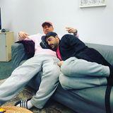 """Erschöpft von den Trainingseinheiten ruht sich Sükrü Pehlivan aus und wählt einen ungewöhnlichen Ort als Kopfkissen. Sein Kommentar auf Instagram: """"Nach dem gestrigen Abend bin ich einfach mal auf dem Schoß von meinem Freund Dennis aus Hürth (Martin Klempnow) eingeschlafen""""."""