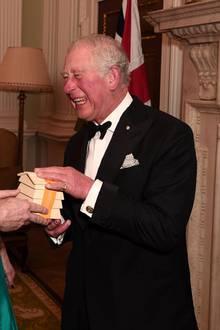 12. März 2020  Der Oberbürgermeister von London, William Russel, und der High Commissioner für Australien ladenzum Galadinner und Prinz Charles kommt gern. Der Charity-Abend findet zugunsten von Hilfsaktionen zur Bekämpfung der Buschfeuer in Australien statt. Der Oberbürgermeister hat ein kleines Präsent für Prinz Charles, von dem nicht zu erkennen ist, was es sein soll, aber beide haben einen Mordsspaß.