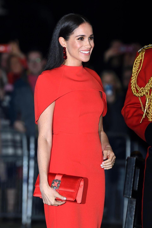 """Herzogin Meghan begeistert beim """"Mountbatten Festival of Music"""" in London mit einem wahnsinnig glamourösen Look: Das knallrote Kleid von Safiyaa kommt Ihnen bekannt vor? Uns auch!"""