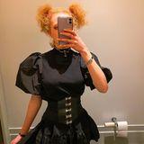 Anna Ermakova im hochgeschlossenen Kleid