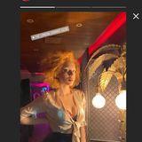 Anna Ermakova mit XXL-Ausschnitt