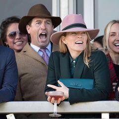 Die Trennung von Queen-Enkel Peter Phillips und seiner Frau Autumn hat viele Royal-Fans traurig gestimmt. Umso schöner sind die Bilder vom Cheltenham Festival, auf dem die beiden bestens gelaunt und sehr freundschaftlich ihren Spaß auch am 4. Tag des Pferderennens haben. Bereits am ersten Tag in Cheltenham sahen die beiden wieder sehr innig miteinander aus.
