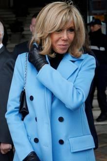 Brigitte Macron hat ein Händchen für zeitlos elegante Styles und weiß auch in Zeiten von Covid-19, wie man sich vor Keimen schützt, ohne dabei wie der Seuchenschutzauszusehen. Zum hellblauen zweireihigen Mantel kombiniert sie schwarze Lederhandschuhe, die sie farblichmit dem Rollkragenpullover wieder aufgreift.
