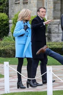 Brigitte Macron geht im blauen Mantel wählen