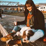 """""""Zwei Meter Abstand zu Menschen. Tiere sind ganz nah aber ok."""" schreibt Maria Ehrich zu diesem Foto mit ihremkuscheligen Kompagnon."""