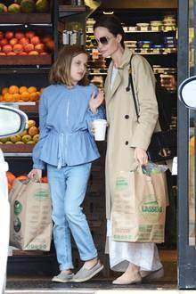 Nur gesunde Sachen haben Angelina Jolie undTochter Vivienne in ihren umweltfreundlichen Papiertüten. Der Supermarkt, in dem die beiden in L.A. sich noch schnell mit Vorräten eindecken, verkauft nur organische Lebensmittel.