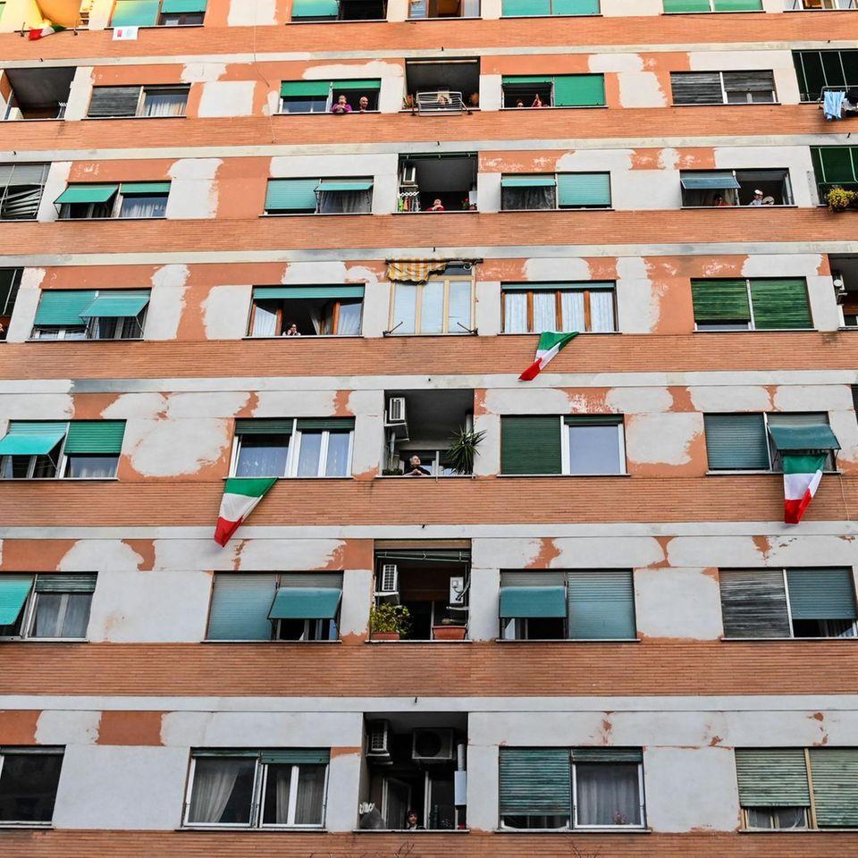 Wegen der Isolation durch das Coronavirus: In Italien verabreden sich Menschen zu spontanen Konzertenauf ihren Balkonen.