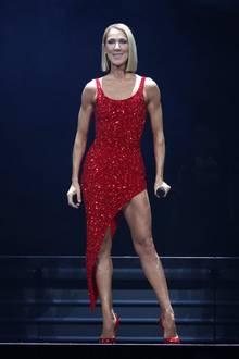 Wow, was für ein Körper: Céline Dion zeigt während eines Auftritts in New York ihren gestählten Body. Kein Wunder, dass sie kein Problem damit hat, anstrengende Choreografien durchzuhalten.