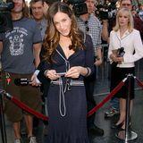 """Und wieder ist es Sarah Jessica Parker, die das Outfit zuerst trug: 2006 wählt sie für eine Ehrung am """"Walk of Fame"""" das gleiche Ensemble in Blau. Der Ausschnitt wirkt bei ihr deutlich tiefer und die roten Pumps bilden einen farblichen Kontrast."""