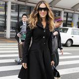 Auch Sarah Jessica Parker weiß, dass funkelnde Knöpfe einen schlichten, schwarzen Mantel aufpeppen können. Mit Wallemähne, Sonnenbrille und coolen Schnürschuhen wird der Look Streetstyle-tauglich.