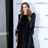 Das verspielte Design gefällt auch Sarah Jessica Parker, die das Kleid in Schwarz zu einer Award-Show im Dezember 2018 trägt.