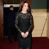 """Das schwarze Spitzenkleid, das Herzogin Catherine zum """"Festival of Remembrance"""" trägt,ist ein echter Klassiker."""