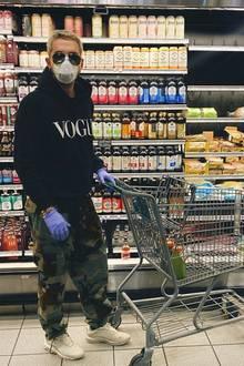Bill Kaulitz geht auf Nummer sicher. Um nicht Gefahr zu laufen, sich beim Einkaufenmit dem Coronavirus oder anderen Keimen zu infizieren, sind Handschuhe und Gesichtsmaske ein Muss. Aber ohne Lebensmittel geht es eben auch nicht.