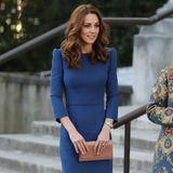 Ein gut sitzendes Etuikleid bedarf nicht vieler Accessoires. Herzogin Catherine lässt sich 2018 in einem blauen Dress fotografieren.