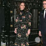 Die schwangere Kate macht beim Besuch eines Londoner Museums im Februar 2018 eine tolle Figur in ihrem geblümten Kleid von Orla Kiely. Helle Pumps und offene Haarerunden den Look ab.