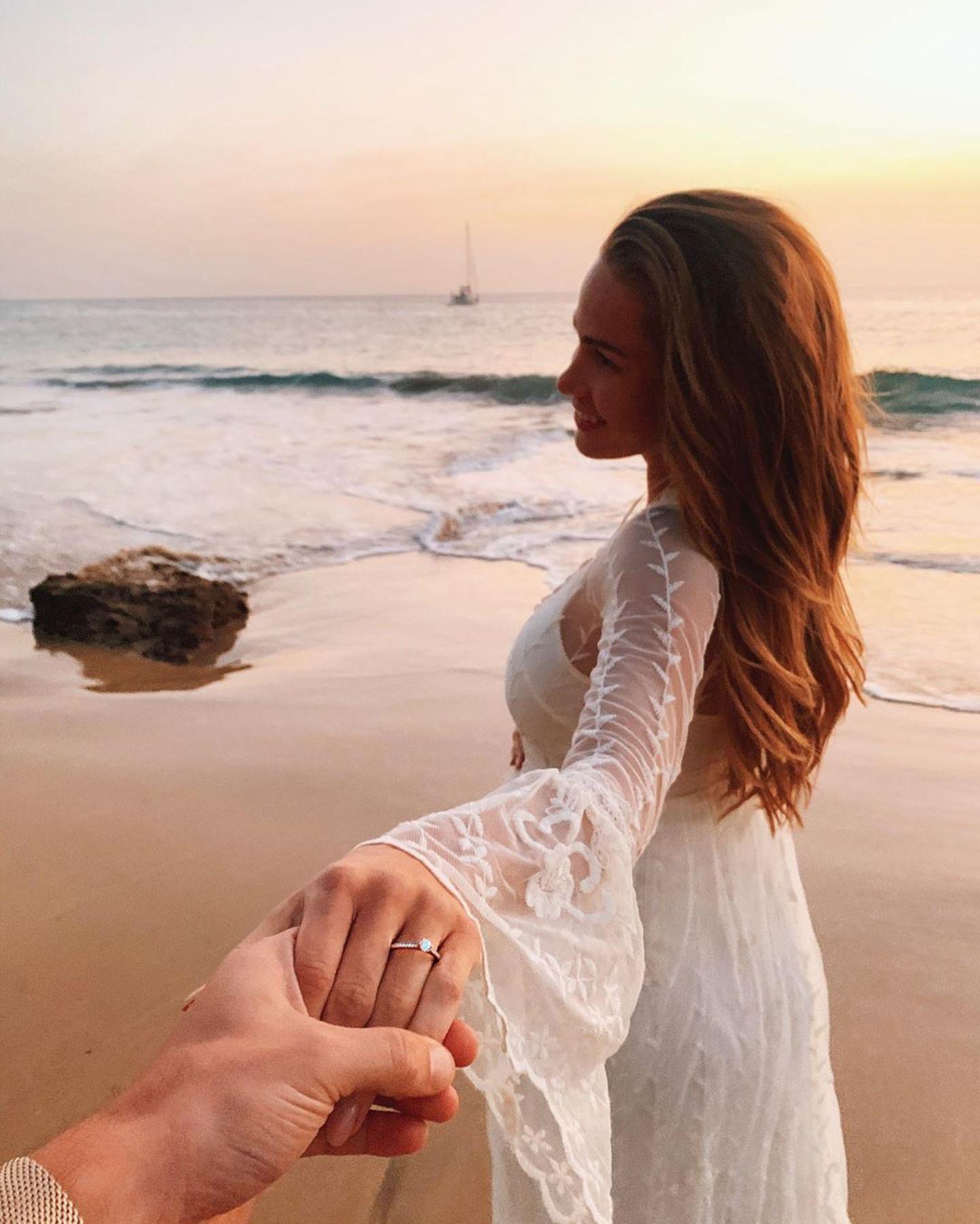 Ex-Bachelor Sebastian Pannek krönt seine Liebe zu Ex-Bachelorkandidatin Angelina Heger im Lanzaroteurlaub mit einem Heiratsantrag. Der Verlobungsring ist überraschend klassisch und sehr elegant.