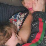 """""""In Zeiten, die sich anfühlen, als würde die Welt untergehen..sauge so viel Liebe ein, wie du kannst"""", kommentiert die Schauspielerin und Model Coco Austin auf Instagram das Foto, auf dem sie ihre vierjährige Tochter Chanel stillt. Gleichzeitig stellt die Ehefrau von Rapper Ice-T aber klar, dass es dabei weniger ums richtige Füttern geht, sondern viel mehr darum, dass die Kleine getröstet wird und sich geborgen fühlt. """"Glaubt mir, das Mädchen liebt Fleisch"""", bekräftigt sie noch."""