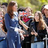 Was für ein Auftritt! Herzogin Catherine zeigt sich im Mai 2019 in einem blauen Kleid von Designerin Alessandra Rich. Der spitze Kragen, die runden weißen Knöpfe und der Beinschlitz machen das Dress zu einem wahren Hingucker.