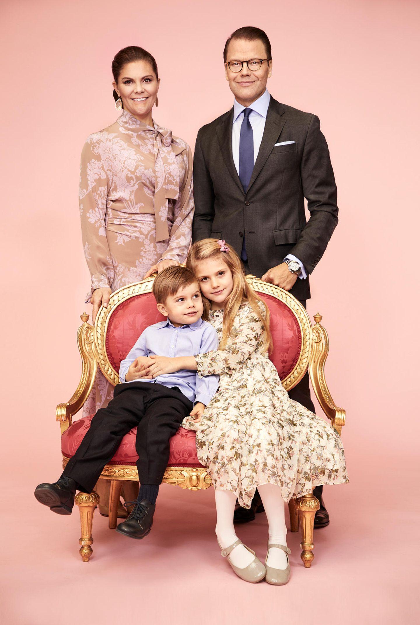 17. März 2020  Am Montag (16. März) wurde ein neues Foto der schwedischen Thronfolgerfamilie auf der Website des Palastes hochgeladen. Darauf zu sehen: Prinzessin Victoria, Prinz Daniel, Prinzessin Estelle und Prinz Oscar. Alle vier haben sich für das offizielle Foto schick herausgeputzt, besonders fällt auf, wie liebevoll Estelle ihren kleinen Bruder umarmt. Das Foto war eigentlich nicht dazu gedacht, veröffentlicht zu werden, da es aber doch so schön ist, entschied man sich, es als Postkarte im Souvenirshop des Hofes anzubieten, verrät HofsprecherinMargareta Thorgren.