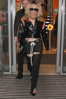 Auch von vorne ist der Look nicht weniger fragwürdig. Die Trägerin ist nicht sofort zu erkennen: Es handelt sich um Rita Ora, die aus dem Studio einer Radio-Talk-Show kommt. Ob man nicht beim Radio eher auf besonders unauffällige Kleidung setzt - schließlich sieht sie niemand - ist eine andere Frage...