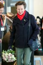 """16. März 2020  Prinzessin Anne gilt als eine der am härtesten arbeitenden britischen Royals. Auch in Corona-Zeiten hält sie an ihrem Terminkalender fest. Als Ehrenpräsidentinder Wohltätigkeitsorganisation """"The British Horse Society"""" besucht sie das Addington Pferdezentrum in der Nähe von Buckingham."""
