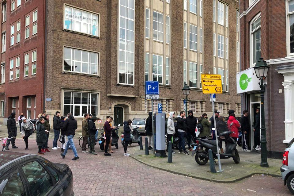 Vor einemCoffee-Shop in Den Haag hat sich am Sonntag (15. März) binnen kürzester Zeit eine lange Schlange gebildet, nachdemangekündigt wurde, die Cafés wegen des Coronavirus vorübergehend dicht zu machen.