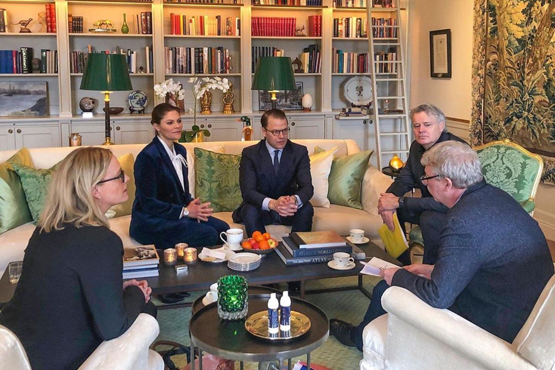 16. März 2020  Auf Burg Haga treffen sich Prinzessin Victoria und Prinz Daniel mit Vertretern der schwedischen Gemeinden und Regionen. Besorgt informieren sie sich darüber, wie die Ausbreitung des Coronavirus kontrolliert und begrenzt werden kann.