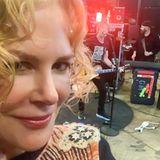 17. März2020  In Zeiten, in denen sich alles um das Coronavirus dreht, hat Musiker Keith Urban eine tolle Idee. Im Lagerhaus, in dem die Instrumente der Band aufbewahrt werden,spielt er live einen Song, der den ganzen Tag auf seinem Instagram-Account abrufbar ist. Ehefrau Nicole Kidman filmt das Ganze. Mit Musik gegen den Schrecken - das macht Mut!