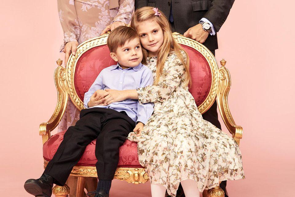 Das schwedische Königshaus veröffentlicht ein neues Foto der Kronprinzenfamilie. Prinz Oscar und Prinzessin Estelle posieren Arm in Arm für die Fotografin - ein niedliches Bild! Auch das schicke Kleid der Thronfolgerin sticht sofort ins Auge: Das geblümte Seidenkleid stammt vom Luxuslabel Bonpoint und kostet knapp 415 Euro.